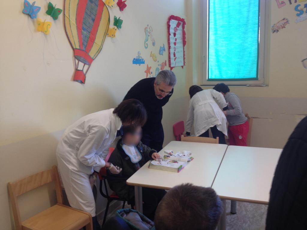 Padre Luis Marin con un alunno della scuola elementare
